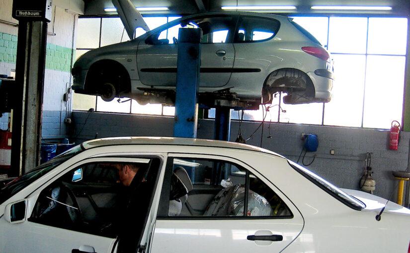Auto in der Werkstatt auf der Hebebühne.